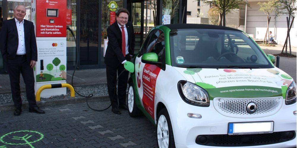Sparkasse Hanau baut gemeinsam mit Mastercard Netz an Elektro-Ladesäulen aus